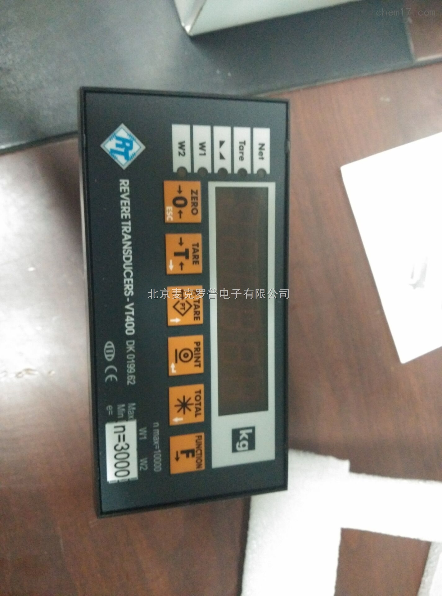 美国Vishay仪表 VT400称重控制器 规格 效能 解析度: 可选择设定990,000 dd 转换速度: 每秒3到70的取样速率(可选择设定) 敏感度: 认证秤台0.4μV/Vsi 非认证秤台0.1μV/Vsi 全量程范围: -0.25到2mV/V(-1.25mV到-10mV)或 -0.25到42mV/V(-1.25mV到-20mV) 线性: 全量程的0.