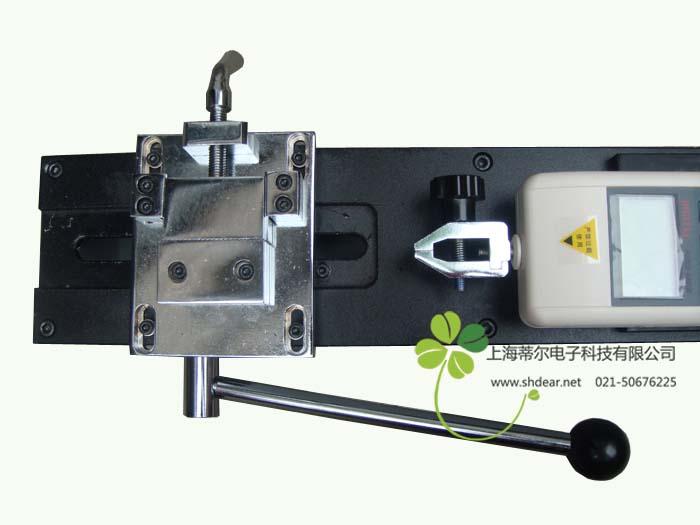 线束端子拉力测试台说明: 线束端子拉力测试台针对线束及电子行业研制开发的一种检测设备,专用于检测各种线束接线端子的拉脱力。可配置NK、HF推拉力计(另购件)和专用夹具(另购件),本仪器具有设备小巧、控制准确、测量精度高、试件装夹方便、操作简单等特点,是线束生产厂家确保产品质量的理想设备。 线束端子拉力测试台特点: 卧式安装。 手动操作,操作简单稳定。 可将本机台安装于桌(台)上使用,使机架更加稳固。 长×宽×高:450mm×260mm×160mm。 有效行