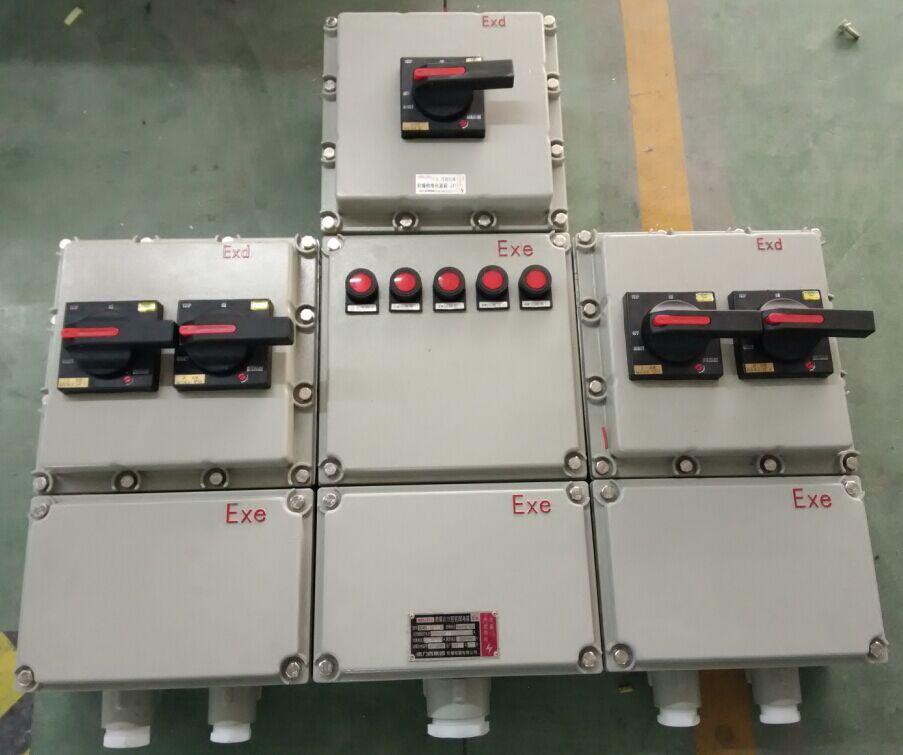 德力西BXX系列防爆动力检修箱性能特点: 1、德力西BXX系列防爆动力检修箱为复合型防爆结构。元件腔采用隔爆型防爆结构,进、出线腔采用增安型防爆结构。各腔体之间采用模块式组合,隔爆腔之间互不相通,减小了单个腔体的净容积,从而消除了爆炸压力重迭,增强了产品的防爆性能;各回路可以自由选择、拼装;体积小,整齐、美观,占用安装现场空间较少;重量轻,安装、维护方便。 2、德力西BXX系列防爆动力检修箱为铸铝合金外壳,铝合金为ZL102符合国家标准。产品壳体采用燃油、高温、恒温一次压铸成型工艺,压铸产品表面光滑,外
