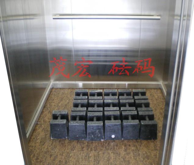 井道内,电梯检修运行至轿厢位置和对重位置差不多齐平时,在机房钢丝绳